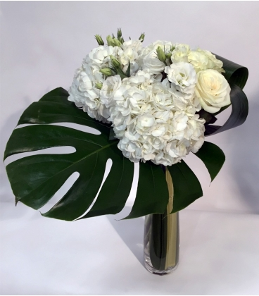 Bouquet avec roses blanches hydrangees blancs design for Bouquet fleuriste