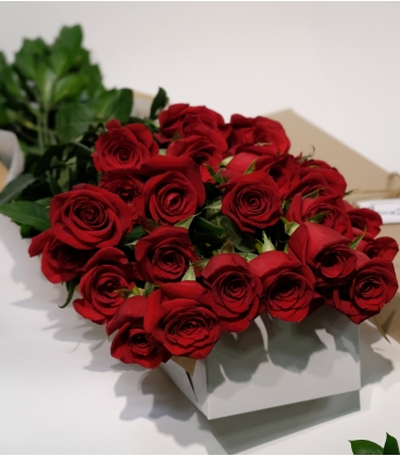 12 SHORT RED ROSES BOUQUET VALENTINE